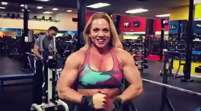 Video Female bodybuilding muscle show at webcam