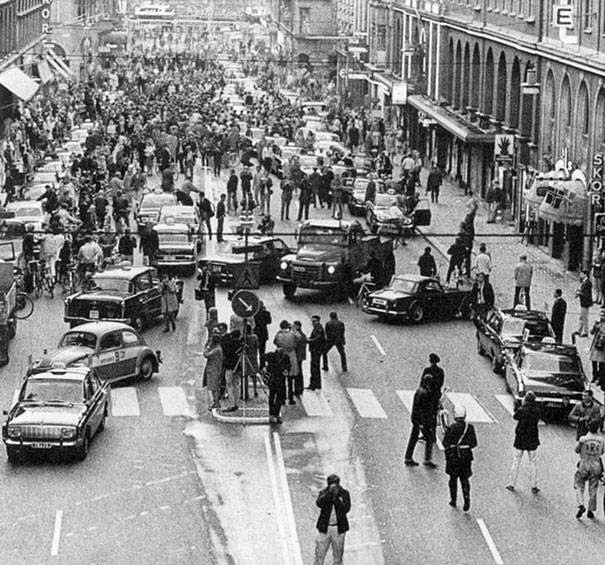 These 15 Incredibly Rare Historical Photos Will Leave You Speechless - Sweden switched to driving on the right side of the road in 1967. This was the result on the first morning.