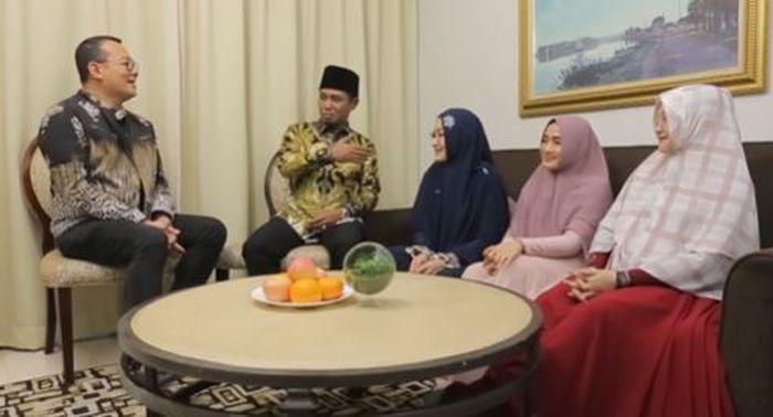 Lora Fadil dan ketiga istrinya saat berbincang bersama Alvin. YouTube.com/Alvin & Friends