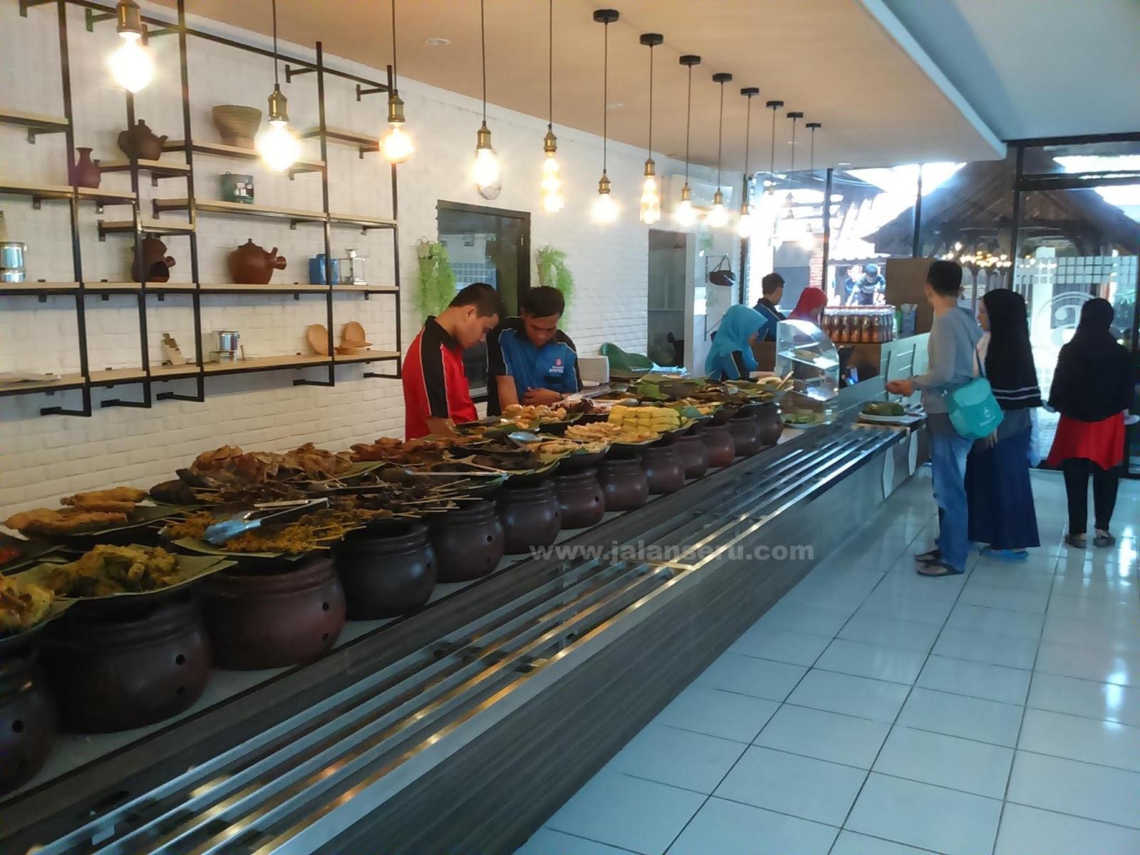 Makan Makanan Khas Sunda Di Rumah Makan Warung Nasi Ampera Jalan