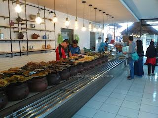 Makan Makanan Khas Sunda Di Rumah Makan Warung Nasi Ampera