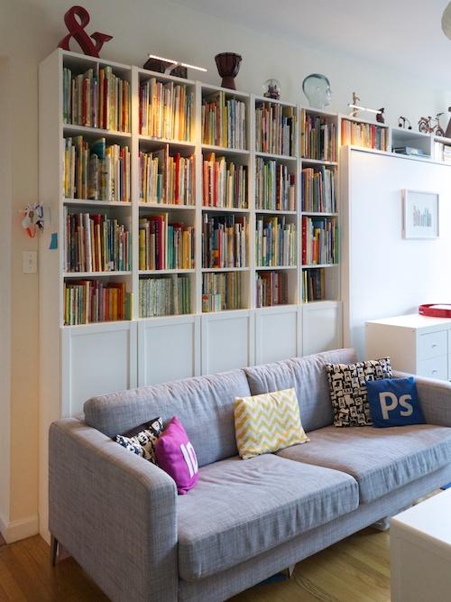 gran librería tras el sofá