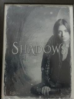das Cover zeigt wohl Natasha, die sich als Grufti schminkt