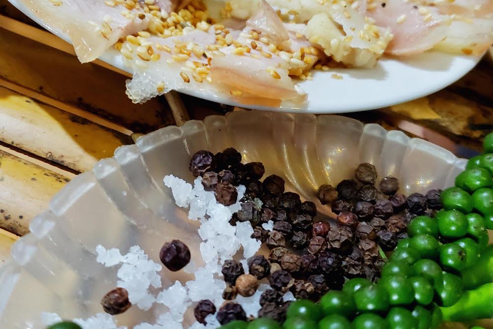 Nhất định đi kèm phải có một đĩa muối hạt, tiêu sọ đen, ớt xanh chỉ thiên để kích thích vị giác.