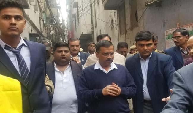 दिल्ली आग: केजरीवाल सरकार मृतको के परिजनों को देगी 10-10 लाख रुपए का मुआवजा