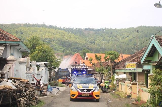 Dua Mobil Pemadam Kebakaran dan Satu Unit Mobil Water Canon Dikerahkan Untuk Penyemprotan Disinfektan Melawan Corona