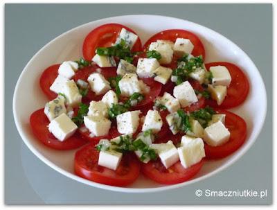 Sałatka z pomidorów z czterema serami i sosem ziołowym