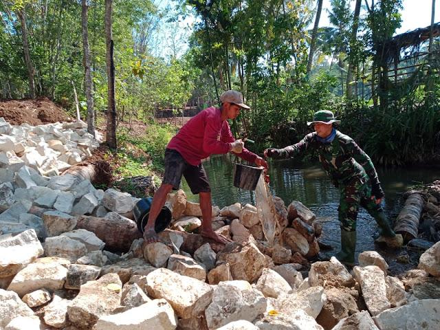 Dipinggir Sungai Manggir Mencampur Adonan Betonisasi