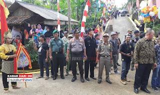 Masyarakat Lengkong menyaksikan peresmian jalan kampung oleh Bupati Sukabumi