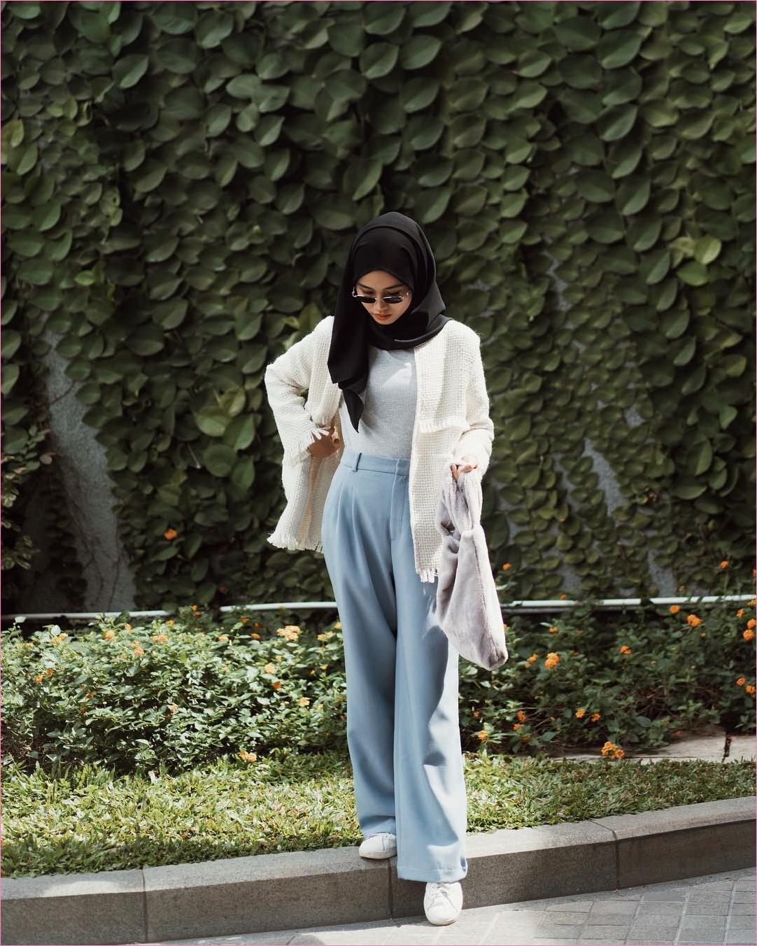 Outfit Kerudung Pashmina Ala Selebgram 2018 hijab pashmina rawis hitam celana kulot pallazo biru pastel t-shirt mangset abu muda cardigan outer blazer putih handbag sneakers kets kacamata bulat ootd trendy kekinian hijabers