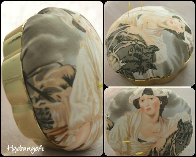 Alfiletero realizado sobre una base redonda de plástico con una tela cuyo diseño es una dama francesa y su caballo