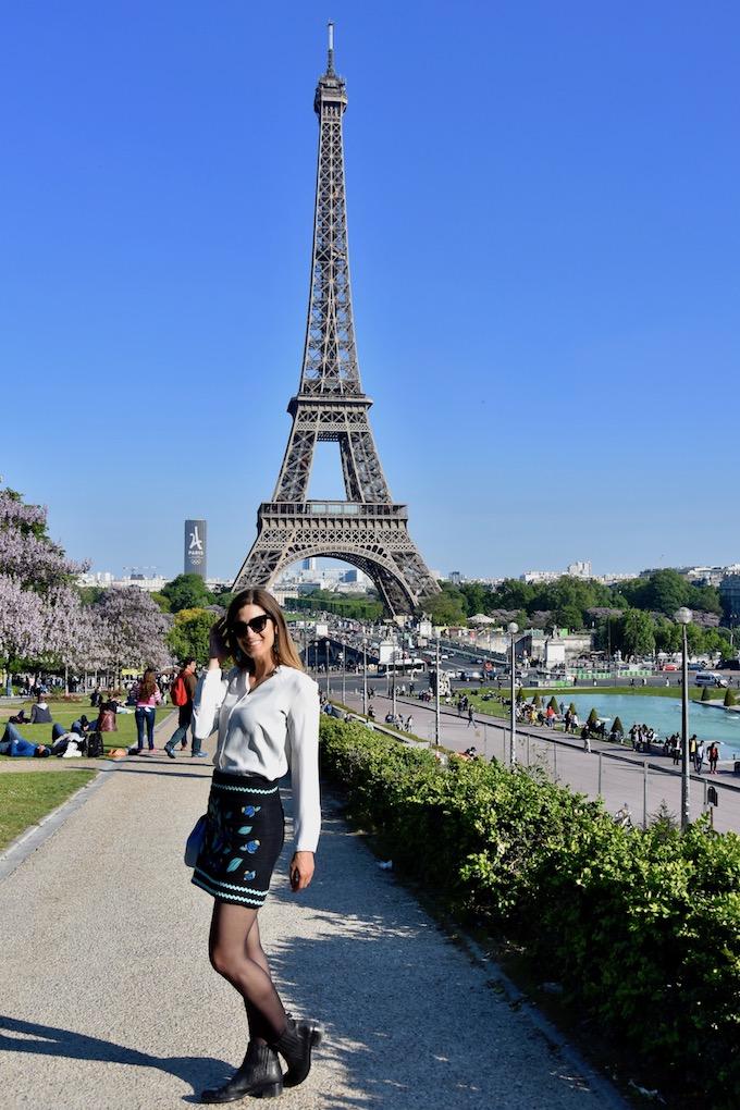minigonna-con-fiori-a-parigi-tour-eiffel