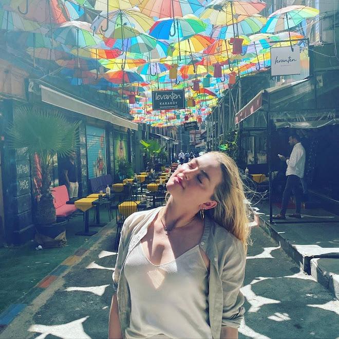 Amber Heard at the Umbrella Street of Istanbul : イスタンブールのアンブレラ・ストリートのアンバー・ハード ! !