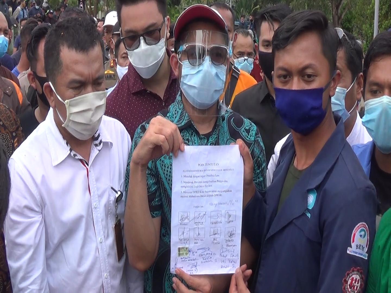 Nuryanto Menandatangani dan Mendukung Aspirasi Aliansi Mahasiswa Batam Akan Disampaikan Ke Pemerintah Pusat