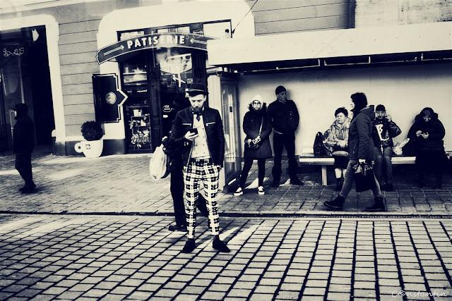 În-statia-de-tramvai-blog-FOTO-IDEEA