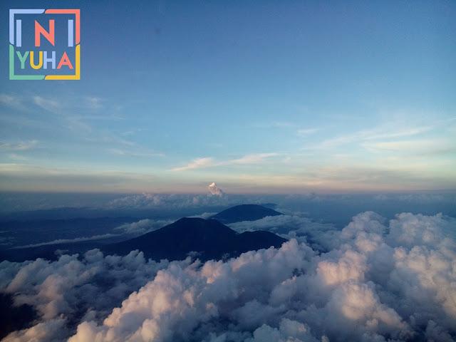 Gunung Singgalan dan Marapi dari atas pesawat
