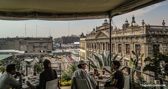 café com vista para o Templo Mayor dos astecas e a Praça do Zócalo, coração do Centro Histórico da Cidade do México