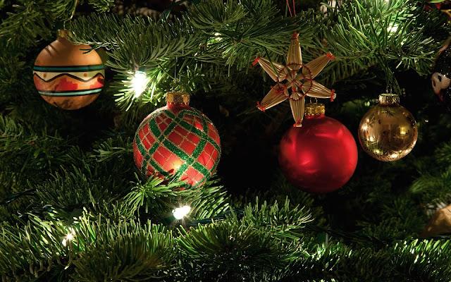 Gekleurde kerstballen in de kerstboom