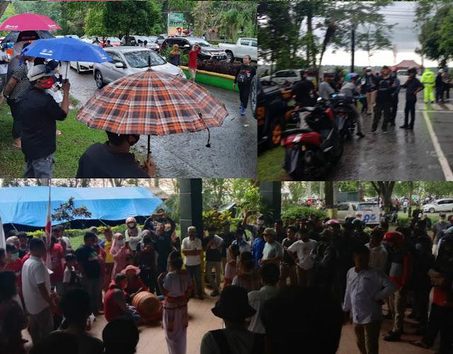 Dampingi MTR-RL Mendaftar Ke KPU, Ribuan Massa Rela Kehujanan