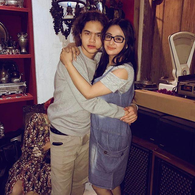 Dewi Persik dan Dul Berpelukan mesra, Netizen Gagal Fokus dengan Celana Basah Anak Maia dan Ahmad Dhani Ini