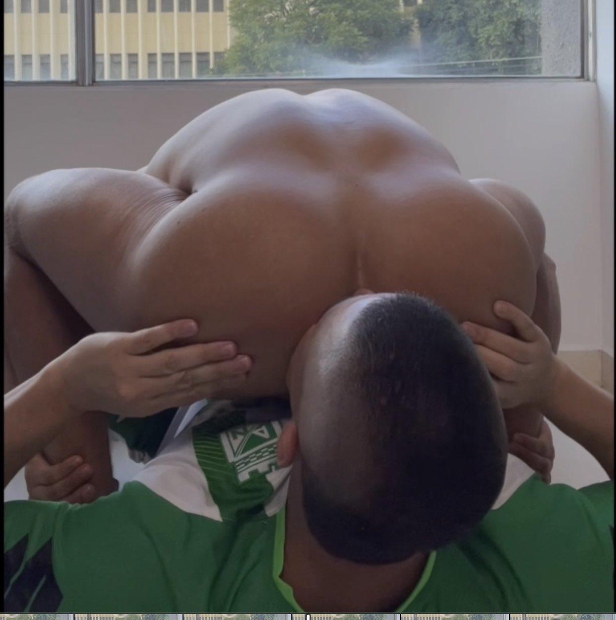 chuapndo culo a hombre en el futbol