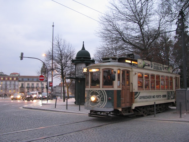 Eléctrico atravessando o Jardim da Cordoaria no Porto