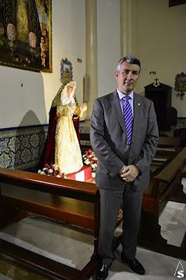 El imaginero sevillano Ángel Luis Tejera con la talla de la Virgen de la Soledad ya terminada y antes de partir con destino a Panamá