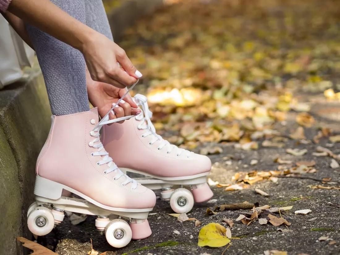 Menina amarrando patins