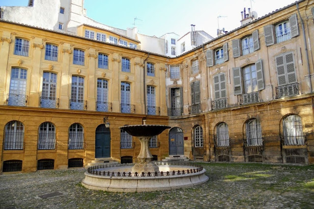 Christmas in Provence: Fountain in Aix-en-Provence