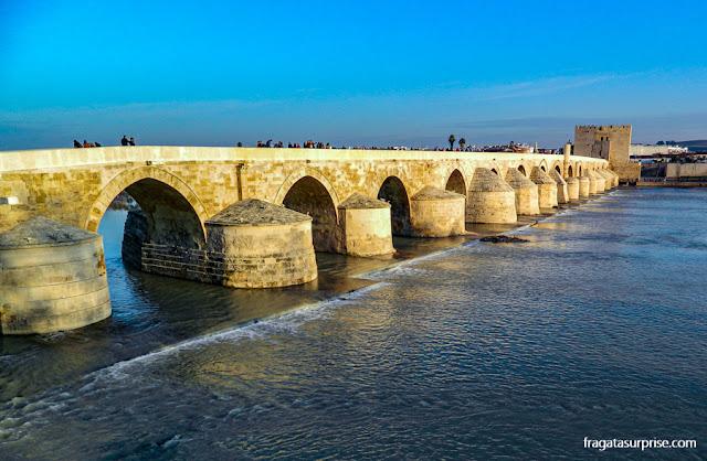 A Ponte Romana e a fortaleza moura de La Calahorra, em Córdoba, Andaluzia