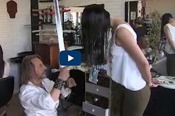 """بالفيديو """" حلاق يصفف الشعر بالسيوف والسكاكين ولهيب النار """""""