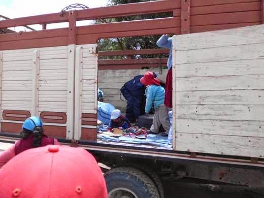 Auch Kinder fahren auf der Ladefläche des LKW mit