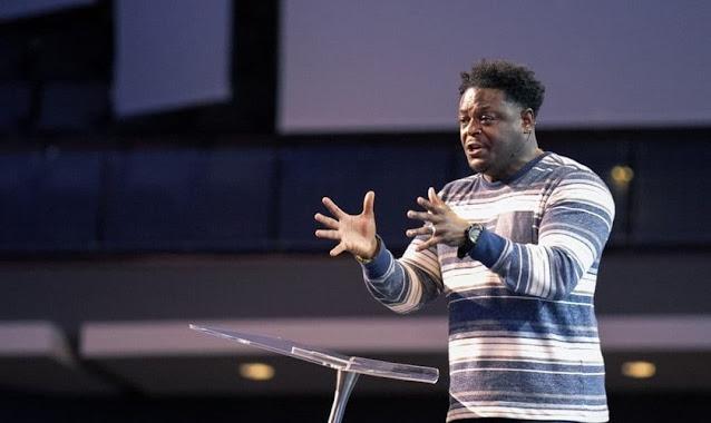 """""""A oração é o lugar secreto onde encontramos Deus"""", diz ex-jogador da NFL"""