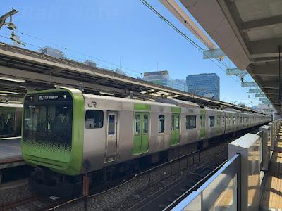 池袋駅山手線内回り7番線から 発車を待つE235系