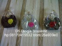 souvenir pernikahan murah, souvenir gantungan kunci tas batik
