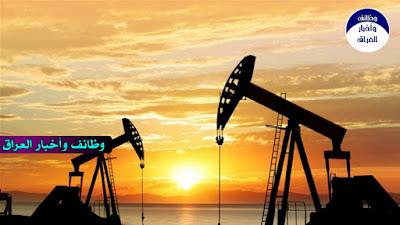 """هبطت أسعار النفط الجمعة، إذ تأثرت سلبا بفعل مخاوف من أن ارتفاعا كبيرا للإصابات بكوفيد-19 في أوروبا والولايات المتحدة سيكبح الطلب في منطقتين من بين أكبر المناطق المستهلكة للوقود.  ونزلت العقود الآجلة لخام """"برنت"""" تسليم ديسمبر المقبل بنسبة 0.9 بالمئة إلى 42.78 دولار للبرميل، بحلول الساعة 07:08 بتوقيت غرينيتش، بينما هبطت العقود الآجلة لخام """"غرب تكساس الوسيط"""" الأمريكي، تسليم نوفمبر المقبل، بنسبة 0.9 بالمئة إلى 40.61 دولار للبرميل.  وتراجع الخامان القياسيان على نحو طفيف في اليوم السابق، لكن لم يطرأ عليهما أي تغير يذكر تقريبا، مقارنة مع الأسبوع الماضي.  وفي أوروبا، أعادت بعض الدول فرض حظر تجول وإجراءات عزل عام لمواجهة الزيادة الكبيرة في الإصابات الجديدة بفيروس كورونا، فيما فرضت بريطانيا قيودا أشد لكبح انتشار كوفيد-19 في لندن اليوم.  كما تراجع النفط، إذ يتجه الدولار اليوم لأفضل أداء أسبوعي في هذا الشهر، إذ تسبب ارتفاع الإصابات بالفيروس وتعثر إحراز تقدم في إقرار حزمة التحفيز الأمريكية، في سعى المستثمرين القلقين لشراء الأصول الآمنة.  ويميل النفط، المسعر بالدولار الأمريكي، للانخفاض حين يرتفع الدولار، إذ تصبح مشتريات الوقود للمشترين، الذين يدفعون بعملات أخرى، أعلى تكلفة.  وأنهت لجنة فنية تابعة لمنظمة البلدان المصدرة للبترول """"أوبك"""" وحلفاء لها منتجين للنفط، وهي المجموعة المعروفة بـ""""أوبك+""""، أنهت اجتماعها أمس الخميس، وأبدت قلقها بشأن ارتفاع إمدادات النفط في الوقت الذي تحد فيه القيود لكبح كوفيد-19 من استهلاك الوقود.  ومن المقرر عقد اجتماع لـ""""أوبك+"""" في الثلاثين من نوفمبر المقبل والأول من ديسمبر المقبل لوضع السياسات."""