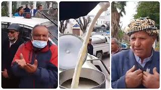 العاصمة: في حركة احتجاجية فلاح يقوم بسكب الحليب بالطريق العام.. أمام مقر وزارة الفلاحة....