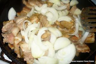 добавить лук к свинине