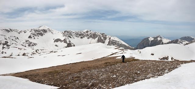 Lungo la cresta del colle dell'Orso, sullo sfondo valle di Teve