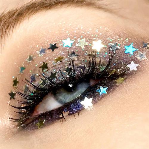 Maquillaje de ojos con estrellas brillantes para Nochevieja