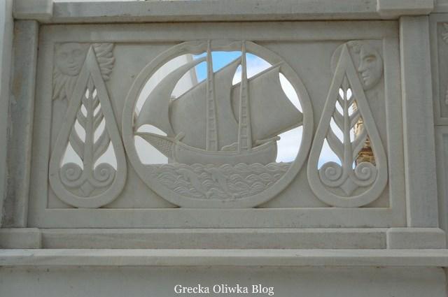 marmurowa rzeźba przedstawiająca statek na morzu, Słońce i Księżyc