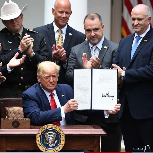 """ترامب يوقع مرسوما لثني الضباط عن استخدام أجهزة الاختناق والنقاد يصفون الأمر بـ""""محاولة بائسة"""" لتحويل التركيز✍️👇👇👇"""