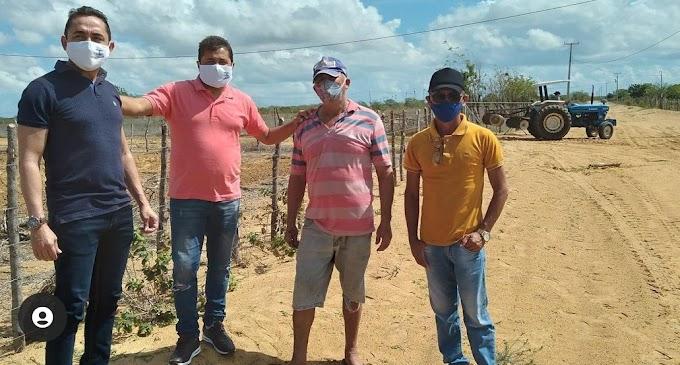 Compromisso com o homem do campo: O vereador Leandro Félix acompanhar os cortes de terras no assentamento Santa Paz