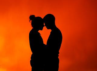 Imagen de un hombre y una mujer abrazados bajo la luz del sol