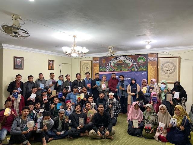 """Menggelar Tasyakuran Penerima Beasiswa, Sekolah Menulis Keluarga Mahasiswa Aceh Adakan Talk Show Buku """"Butiran Hikmah dari Negeri Para Nabi"""" Terbitan Quanta dan Launching 31 Naskah Buku"""