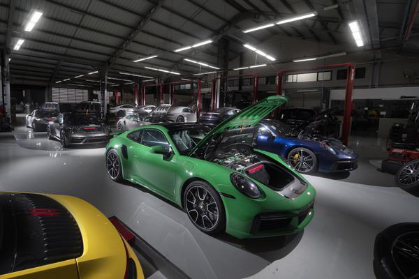 Encontro raro: 14 novos Porsches 911 Turbo S no Centro Técnico da Stuttgart Porsche São Paulo