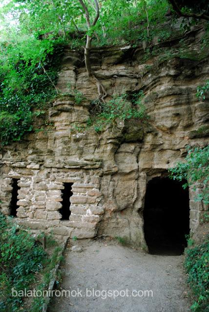 Sziklába vájt barlanglakás, balra két szűk ablak-, jobbra egy ajtónyílással.
