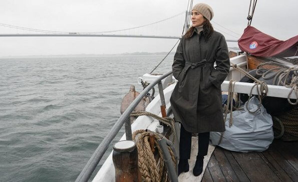 The bridge connects Jutland and Funen. Topshop vinyl trench coat with contrast stitching in green. khaki checked trench coat