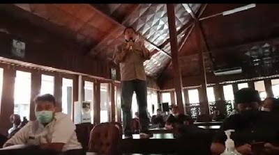 Seno Margo Utomo, Mantan DPRD Blora Periode 2009 sd 2014 Naik Meja Karena Geram Ketika Audiensi Berlangsung - Blora Updates