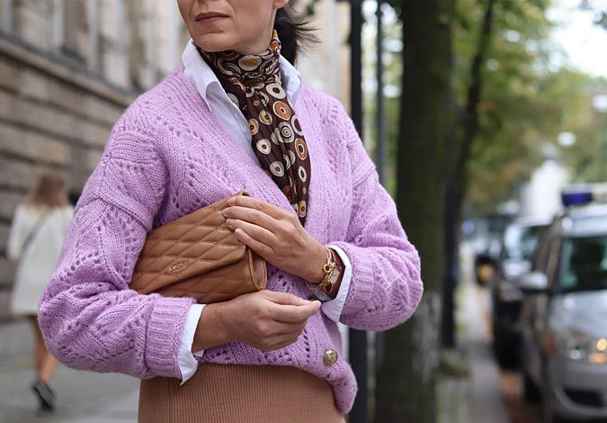liliowy sweter z czym łączyć